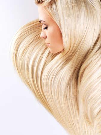 rubia: Mujer hermosa con largos pelos rubios rectas. Moda modelo posando en el estudio.