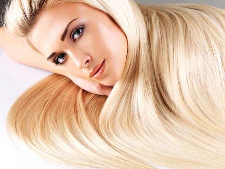 Long hair: Phụ nữ xinh đẹp với mái tóc vàng thẳng dài. Mô hình thời trang đặt ra tại studio.