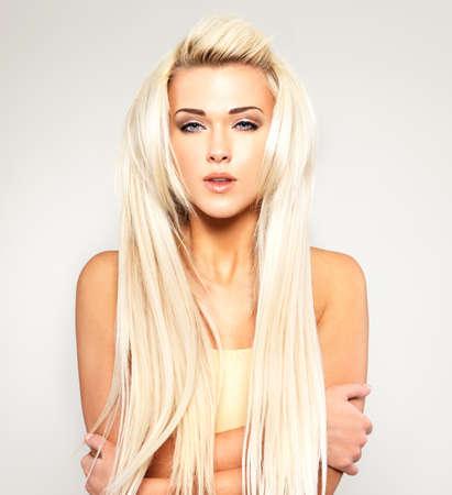 ragazze bionde: Bella donna con lunghi capelli biondi dritti. Modella in posa nello studio. Archivio Fotografico