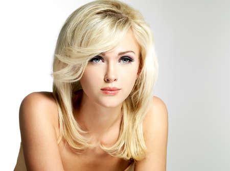 mujer rubia desnuda: Hermosa mujer rubia con el peinado estilo plantea en el estudio