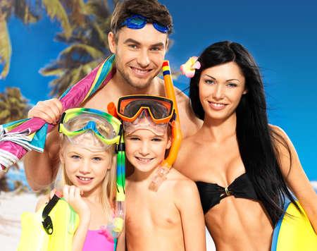 familia viaje: Retrato de familia feliz hermoso divertido con dos ni�os en la playa tropical con la m�scara de la nataci�n de protecci�n