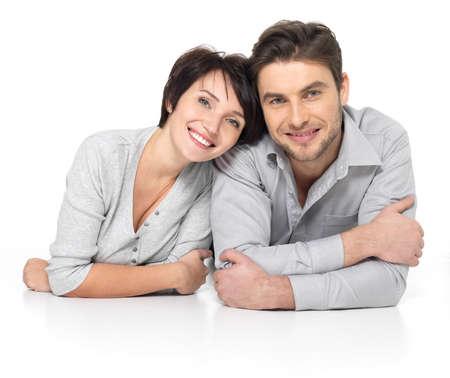 happy young: Retrato de pareja feliz aislados en fondo blanco. Atractivo hombre y la mujer de ser juguet�n. Foto de archivo