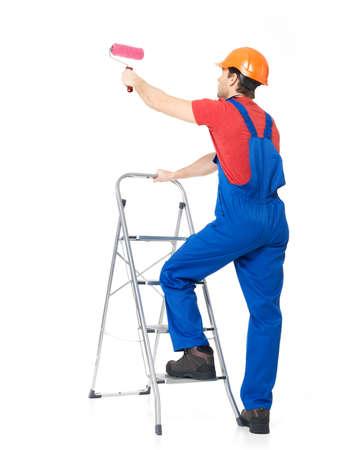 pintor: Pintor artesano se encuentra en las escaleras con un cepillo, retrato completo sobre fondo blanco Foto de archivo
