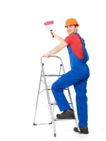 hombre pintando: Pintor artesano se encuentra en las escaleras con un cepillo, retrato completo sobre fondo blanco Foto de archivo