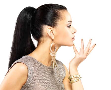 aretes: Mujer bonita con clavos de oro y joyas de oro hermosa aislado sobre fondo blanco