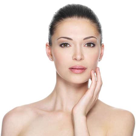 Femme adulte avec le beau visage - isolé sur blanc. Soins de la peau concept.