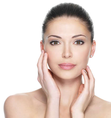 Volwassen vrouw met mooi gezicht - geïsoleerd op wit. Huidverzorging concept.