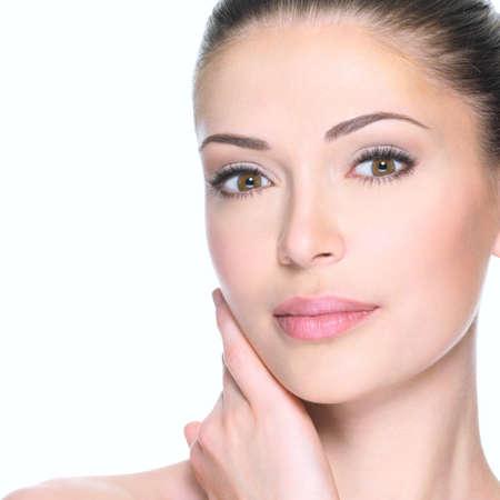 piel humana: Mujer adulta con la cara hermosa - aislado en blanco. Concepto de cuidado de la piel.