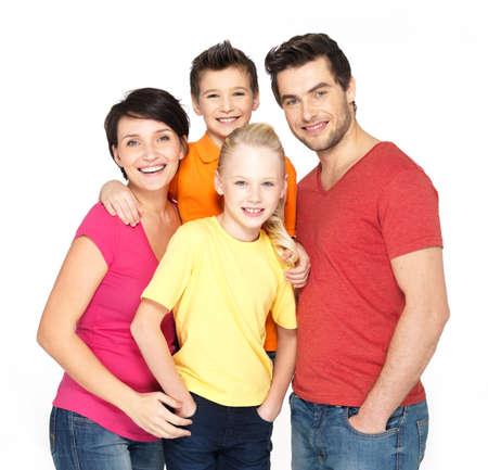 Foto de la joven familia feliz con dos niños aislados en el fondo blanco