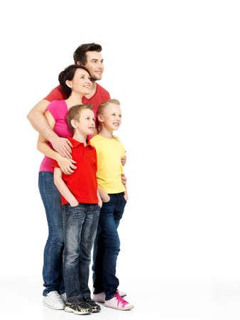Volledige portret van de gelukkige jonge familie met twee kinderen te kijken geïsoleerd op witte achtergrond