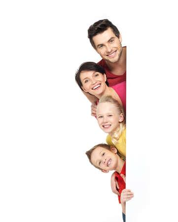 familias unidas: Familia con un banner sonriendo - aislados en un fondo blanco