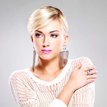 mujer rubia desnuda: Retrato de mujer hermosa con maquillaje de moda brillantes y cabellos blancos. Foto de archivo