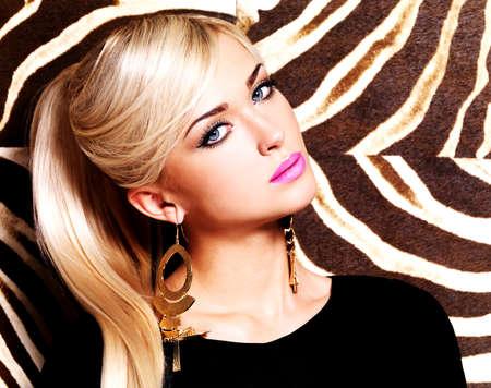 mujer rubia desnuda: Retrato de una bella mujer sexy con maquillaje de moda en la cara y largos cabellos blancos. Glamour girl plantea sobre fondo de rayas creativo