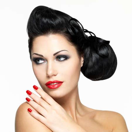 labios rojos: Mujer hermosa con los labios rojos, clavos y peinado creativo - aislado en fondo blanco