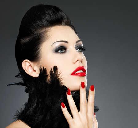 maquillage yeux: Belle femme de mode avec des clous rouges, coiffure et le maquillage cr�atif - Mod�le posant en studio Banque d'images