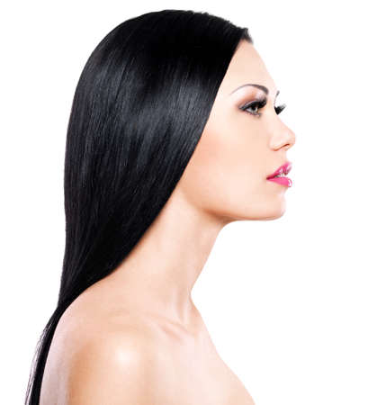 visage femme profil: Belle femme se soucie de la peau du visage isolé sur fond blanc. Beauté portrait de la fille adulte assez caucasien.