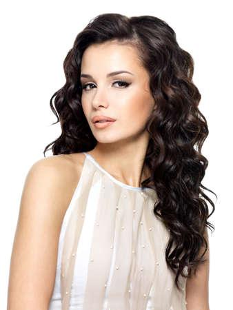 modelos negras: una mujer joven con el pelo rizado largo de la belleza. Modelo de moda en estudio.