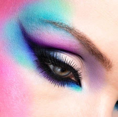 Donna del primo piano gli occhi con bello modo brillante trucco blu