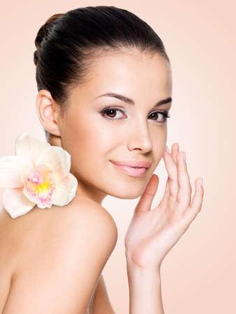 piel: Hermosa mujer sonriente con la cara la piel sana. Concepto de cuidado de la piel.
