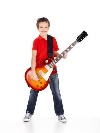 Portrait d'un jeune garçon avec une guitare électrique - isolé sur fond blanc Banque d'images