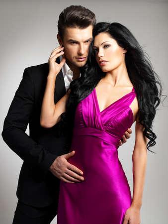 Portret van jonge paar in liefde poseren in de studio gekleed in klassieke kleding Stockfoto