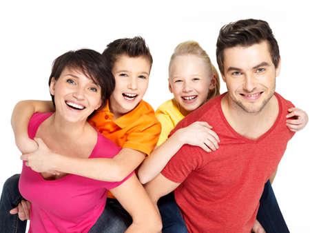 白い背景に分離された 2 人の子供は幸せな若い家族の写真 写真素材