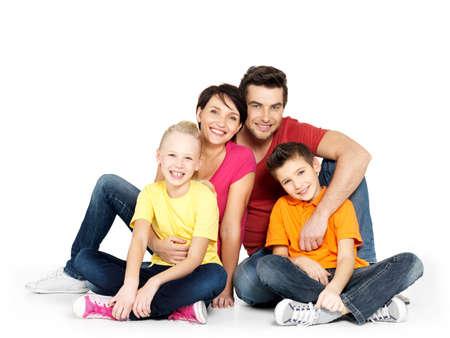 家族: 白い床にスタジオで座っている 2 人の子供は幸せな家族の肖像画