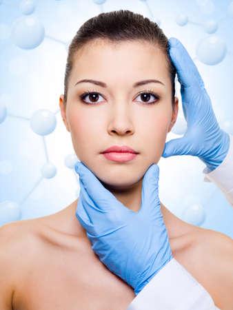 esthéticienne toucher attrayant visage de femme de santé. soins de beauté de la peau
