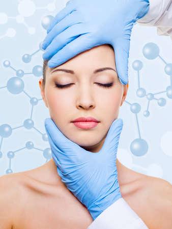 美容健康の魅力的な女性の顔に触れます。皮膚の美容トリートメント