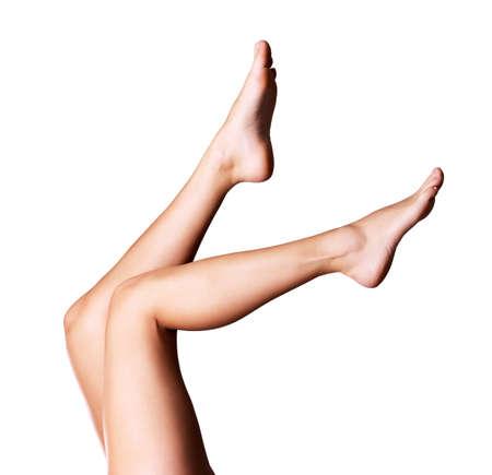 tratamientos corporales: Hermosas esbeltas piernas femeninas. Foto en el fondo gris
