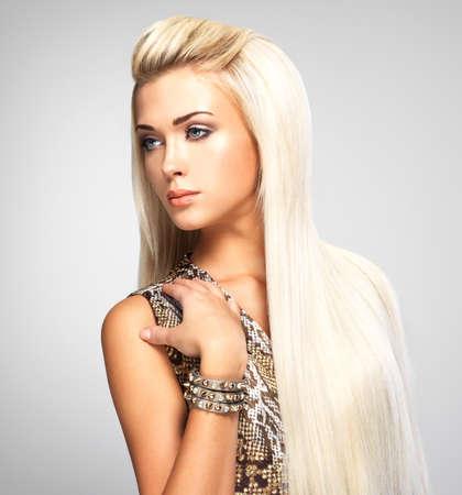 긴 직선 금발 머리를 가진 아름 다운 여자. 스튜디오에서 포즈 패션 모델.