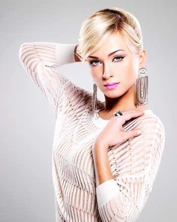Portret van mooie vrouw met heldere fashion make-up en witte haren.