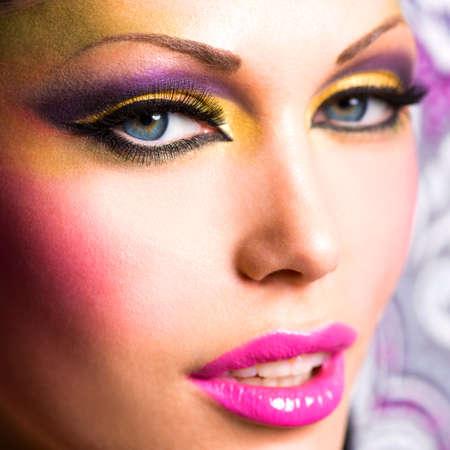 lip shine: Primo piano volto della bella donna con trucco luminoso