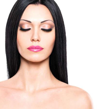 ojos cerrados: Hermosa mujer cuida de la piel de la cara aisladas sobre fondo blanco. Retrato de la belleza de la mujer bonita con los ojos cerrados