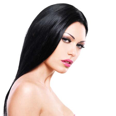 mujer bonita: Hermosa mujer cuida de la piel de la cara aisladas sobre fondo blanco. Retrato de la belleza de la hermosa ni�a cauc�sica sexy adulto.