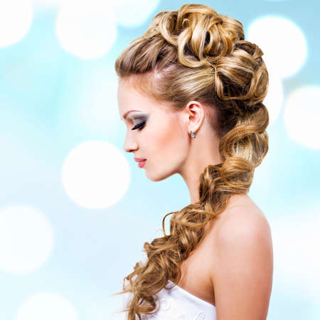 wedding hairstyle: Woman with wedding hairstyle -  profile portrait LANG_EVOIMAGES