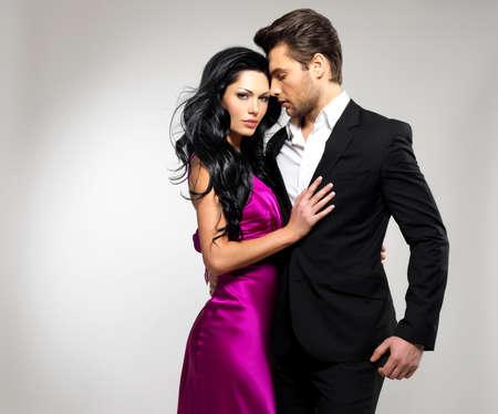 Portrait des jungen Paares in der Liebe posiert im Studio gekleidet in klassische Kleidung Standard-Bild - 22359157