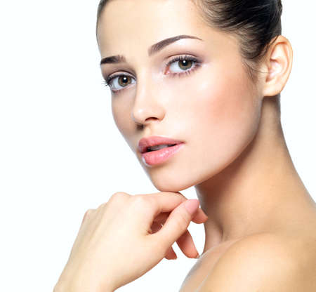 wunderschön: Beauty Gesicht der jungen Frau. Hautpflege-Konzept. Closeup Portr?t isoliert auf wei?. LANG_EVOIMAGES