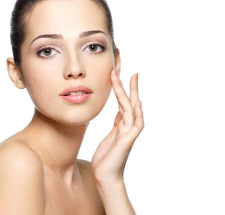 若い女性の顔の美しさ。皮膚のケアの概念。クローズ アップの肖像画は白で隔離されます。