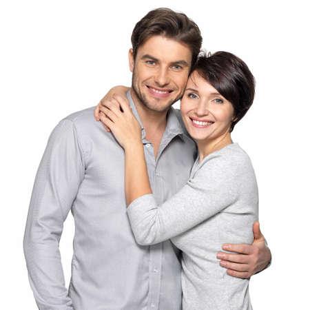 blanco: Retrato de pareja feliz aislado sobre fondo blanco. Atractivo hombre y la mujer eran juguetones.
