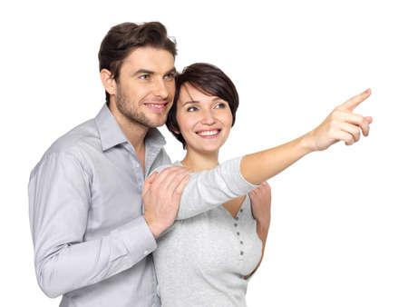 Portrait de l'heureux couple recherche et pointant au loin, isol? sur fond blanc. Banque d'images - 22359188