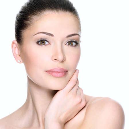 gesicht: Erwachsene Frau mit schönen Gesicht - isoliert auf weiß. Hautpflege-Konzept. LANG_EVOIMAGES