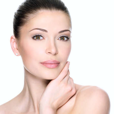 mooie vrouwen: Volwassen vrouw met mooi gezicht - geïsoleerd op wit. Huidverzorging concept.