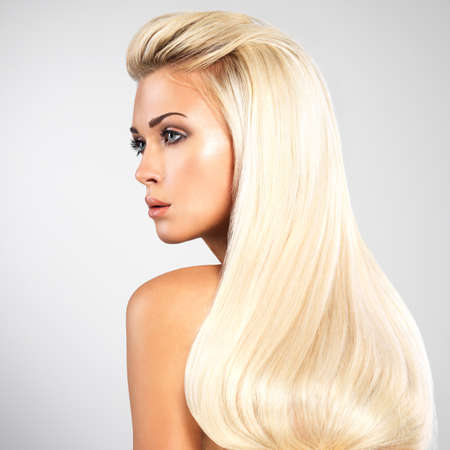 capelli dritti: Bella donna con i lunghi diritte peli biondi. Modello di modo che che propone allo studio.
