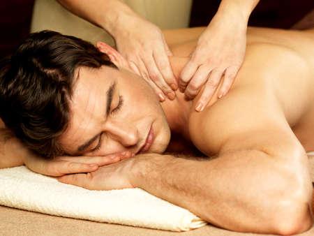 homme massage: Masseur faisant le massage sur le corps de l'homme dans le salon de spa. Beaut? concept de traitement.