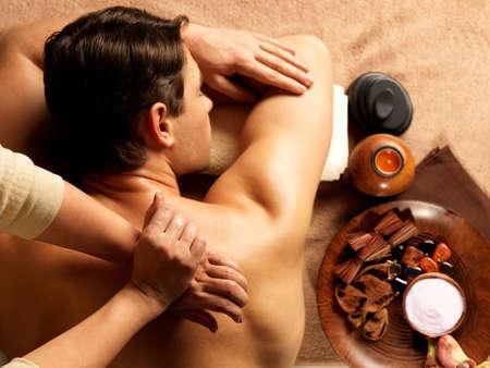 homme massage: Masseur massant homme dans le salon de spa. Beauté de la notion de traitement.