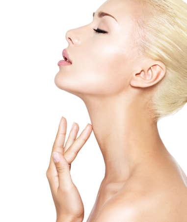 perfil de mujer rostro: Retrato de la hermosa mujer que toca el cuello con los dedos - aislados en blanco LANG_EVOIMAGES