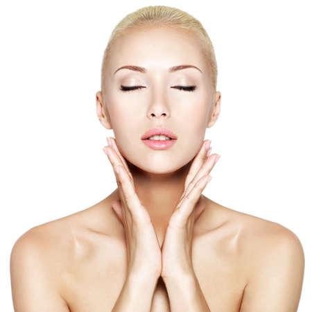 closed eyes: Jonge mooie blonde vrouw met gesloten ogen en handen op de gezondheid gezicht - geïsoleerd op wit