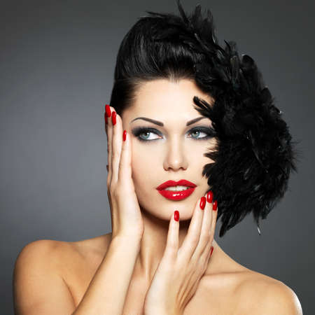 belle brunette: Belle femme de mode avec des clous rouges, la coiffure et le maquillage créatif - Modèle posant en studio LANG_EVOIMAGES