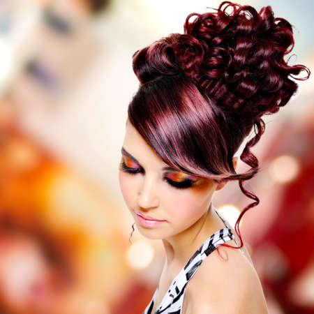 pelo castaño claro: Frente a la hermosa mujer con el peinado y el maquillaje glamour - más creativo fondo bokeh suave LANG_EVOIMAGES